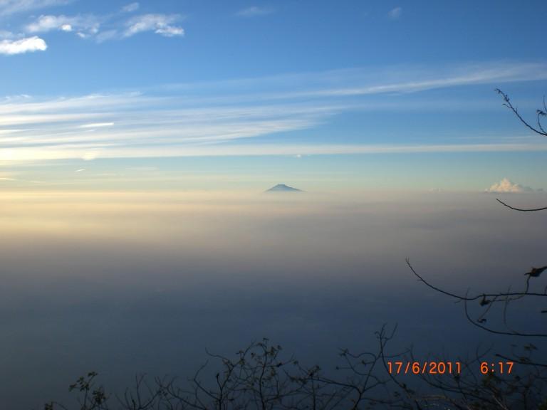 Puncak Gunung Slamet dilihat dari Puncak Gunung Ciremai