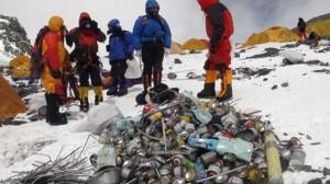 Tumpukan sampah, tabung gas, tabung oksigen, botol air.Perlengkapan dan perbekalan penyebab sampah saat naik gunung