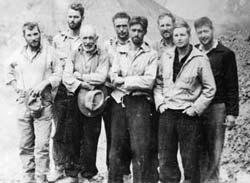 Ekspedisi Nanda Devi di base camp 1936 (Charles Houston nomor 4 dari kiri )