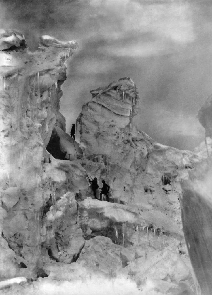 Prince Luigi Amedeo, Duke of the Abruzzi bersama guidenya memanjat tebing es di Chogolisa tahun 1909
