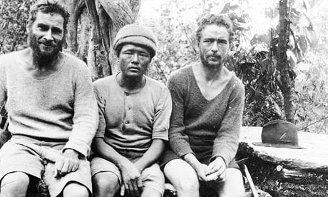 Charles Houston (kanan) bersama Pendaki Everest Veteran Inggris Bill Tilman, (kiri), dan Pasang Kikuli tahun 1936 Photograph: Charles Houston collection/Bernardette Mcdonald