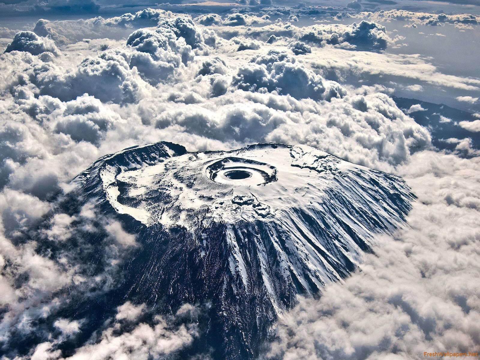 Puncak Kilimanjaro Uhuru tampak dari atas